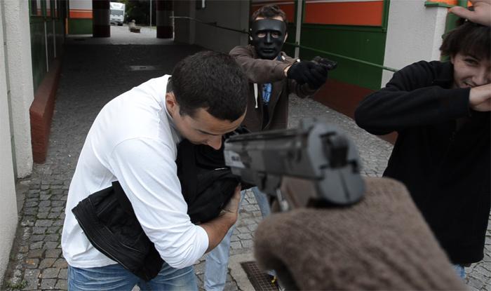 """Příklad práce s ostřením - """"first person"""" záběr s rozostřenou zbraní"""